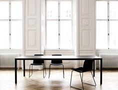 Matbord T12 från HAY har en stram design utan att för den delen kännas hårt och kantigt. Finns i två utföranden; vitlackerat underrede med toppskiva i vitt laminat med plywoodkant samt svartlackerat underrede med toppskiva i svart linoleum och svartbetsad kant. Välj mellan flera olika storlekar.