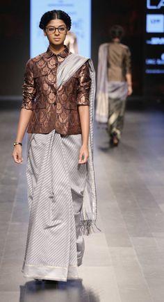 Blouse Designs High Neck, Sari Blouse Designs, Trendy Sarees, Stylish Sarees, Saree Draping Styles, Saree Styles, Shadi Dresses, Modern Saree, Ethnic Outfits