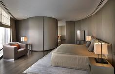 Os dois hotéis do grupo Armani, um em Dubai e um em Milão, foram concebidos pelo próprio Giorgio Armani, que já afirmou que pensou em todos os detalhes para receber os hóspedes do mesmo jeito que recebe seus amigos e familiares na sua casa. Na foto, o The Armani Hotel de Dubai