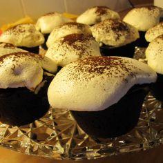 Amerikkalaiset muffinit eli suklaaamuffinit, joiden sekaan tulee myös valkosuklaata.