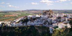 Arcos de la Frontera [Cádiz] :: Arcos is de parel tussen de pueblos blancos van Cádiz. Het dorp ligt gedrapeerd op een heuvel in een golvend landschap; de witgekalkte huizen schitteren in de Zuid-Spaanse zon en stoppen abrupt bovenop een 96 meter hoge klif. Arcos is de toegangspoort tot de beroemde witte dorpen van Andalusië, die als glinsterende witte vlekken verspreid liggen in de heuvels van de Sierra de Cádiz. Meer info: www.escapada.eu/arcos-de-la-frontera