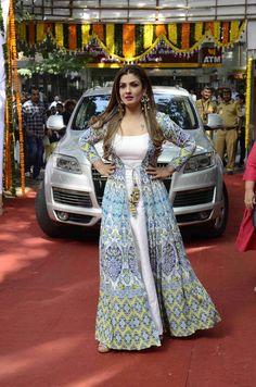 Pakistani Gowns, Simple Pakistani Dresses, Indian Dresses, Indian Outfits, Designer Party Wear Dresses, Kurti Designs Party Wear, Indian Designer Outfits, Kurta Designs, Latest Dress Design