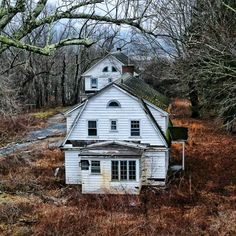 Nice, quiet abandoned houses in the woods. Absolutely nothing ominous about that. Abandoned Mansion For Sale, Old Abandoned Buildings, Abandoned Property, Old Buildings, Abandoned Places, Abandoned Castles, Country Barns, Old Barns, Country Living