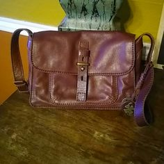 """Lucky Brand Crossbody Pretty little Brown leather crossbody. Tons of pockets. Magnetic Snap closure. 11""""x8""""x3"""". Adjustable strap. Lucky Brand Bags Crossbody Bags"""