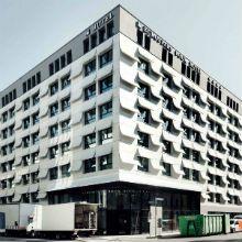 Folhas de fibra de vidro reforçada de concreto no exterior do Hotel Book Eurostars em Munique cria uma ilusão de um livro com páginas abertas pelo vento.