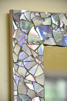 Tutorial: Wrap old CDs & DVDs in an old towel and smash into small mosaic pieces. Or cut up with scissors. Glue on using hot glue, silicone (or possibly Weldbond or similar glue). Two Easy Tutorials That Help You Perk Up Your Living Space Cd Mosaic, Mosaic Crafts, Mosaic Projects, Mirror Mosaic, Mosaic Ideas, Cd Diy, Picture Frame Crafts, Picture Frames, Homemade Mirrors