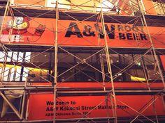 来月国際通りに復活するウチナーンチュのソウルフードA&W! 今日国際通り通ったら工事の幕が外されてどぅまんぎた! 場所は沖縄三越の隣です(^^) pic.twitter.com/8TMTVjeuLN