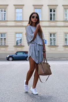 Chicas con vestidos y zapatillas