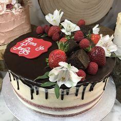 tarta red velvet seminaked con brownie, frutas y flores
