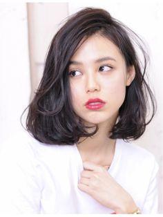 この画像は「黒髪ロングに憧れるミディアム女子へ。透明感たっぷり暗髪ヘアカタログ」のまとめの32枚目の画像です。