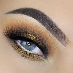 Utiliza un tono amarillo o dorado para resaltar tu mirada. #MakeupGeek #Ojos