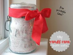DIY Candy Cane Bath Salts with printable label--The Peaceful Mom Free Christmas Gifts, Holiday Fun, Christmas Crafts, Christmas Baskets, Christmas Candy, Homemade Christmas, Christmas Presents, Diy Gifts On A Budget, Diy Scrub