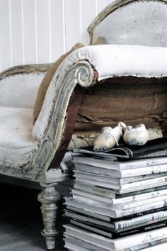 Dove Gray Home Decor ? The Dove Cote Brocante - wonderful place to read that novel youve been meaning to interior design designs Feng Shui, Grey Home Decor, Deco Originale, Style Deco, Shades Of White, Interiores Design, Vintage Decor, Shabby Vintage, Vintage Style