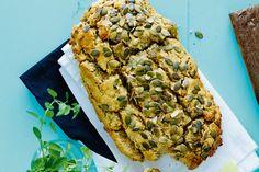 Glutenfritt bröd med pumpakärnor gjort på kikärts- och quinoamjöl som passar perfekt som matbröd.