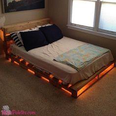 Cama feita com pallets e iluminada