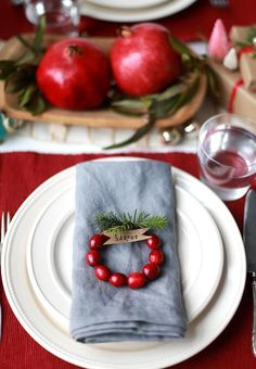 DIY Holiday Place Cards: Cranberry Wreaths