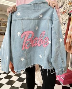 Distressed hand-painted denim jacket Source by katelynpharbin Ja Distressed hand-painted denim jacket Source by katelynpharbin Jackets Diy Jeans, Painted Denim Jacket, Distressed Denim, Denim Paint, Denim Kunst, Denim Mantel, Beige Hose, Denim Jacket Patches, Denim Ideas