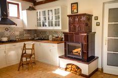 hordozható cserépkályha Kitchen Cabinets, New Homes, Cottage, Table, Inspiration, Furniture, Home Decor, Houses, Woodwind Instrument