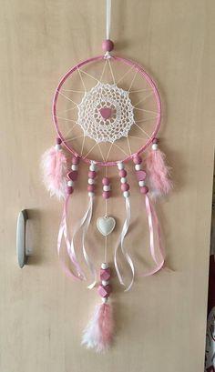 Attrape rêve ou dreamcatcher fait main. Le diamètre du cercle est de 21 cm environ pour une longueur totale de 50 cm environ Il est de couleur blanc et rose, orné de perles en bois, plumes et ruban satin. Nhésitez pas à me contacter pour tout renseignement complémentaire, merci