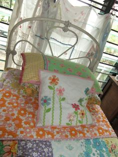 Vintage Sheet inspiration: Make decorative pillows from Vintage sheets!
