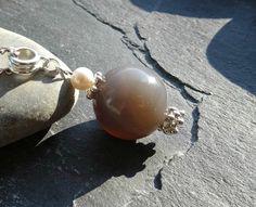 Pendentif composé d'une grosse pierre d'agate grise naturelle et petite perle d'eau douce : Pendentif par lapassiondisabelle