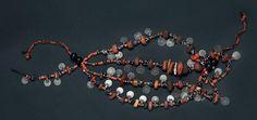 Collier à cinq rangs, Sud du Maroc, XIXe siècle alternant des perles d'ambre, de corail et de verre, et des pièces estampées en pendeloques datées 1299H. / 1881. (un rang accidenté)