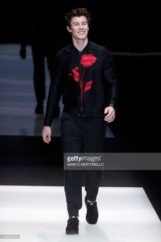 Canadian singer Shawn Mendes walks the runway for fashion house Emporio Armani during the Men's Spring/Summer 2018 fashion shows in Milan, on June 17, 2017. / AFP PHOTO / Marco BERTORELLO