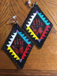 Beaded Earrings Native, Beaded Earrings Patterns, Native Beadwork, Native American Beadwork, Native American Fashion, Bracelet Patterns, Native Beading Patterns, Beadwork Designs, Bead Patterns