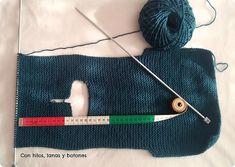 Con hilos, lanas y botones: DIY jersey con capucha para bebé paso a paso (patrón gratis) Baby Vest, Baby Boy, Baby Kimono, Baby Knitting Patterns, Crafty, Crochet, Margarita, Coats With Hoods, Knit Baby Sweaters