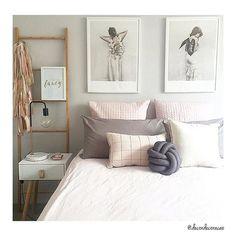 Bom dia!!  Um quarto neutro com base cinza bem clarinho • branco   rosa   madeira >>...