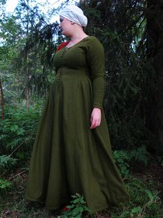 I think this is the cotehardie of my dreams.    Also it's green! and it's someone who has my body type in a fitted dress! Yaaayy!