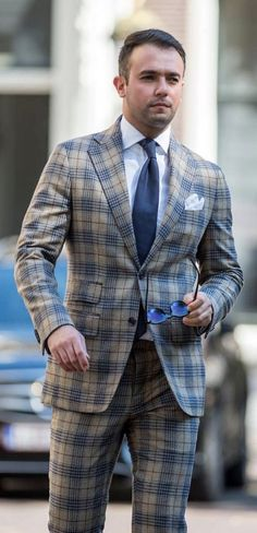 Plaid suit combo with a navy silk tie white button up shirt white linen pocket square sunglasses. High Fashion Men, Mens Fashion Blog, Mens Fashion Suits, Mens Suits, Men's Fashion, Suit Combinations, Corporate Outfits, Plaid Suit, Men Formal
