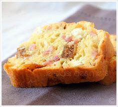 Cake aux figues séchées et au chèvre.  Et si on remplaçait les lardons par du magret de canard séché et qu'on rajoutait quelques tomates séchées ?