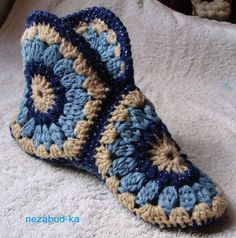 Crochet beautiful and comfortable slippers of motif. Free patterns to crochet slippers of motif Débardeurs Au Crochet, Crochet Slippers, Love Crochet, Crochet Hats, Crochet Granny, Simple Crochet, Yarn Projects, Crochet Projects, Crochet Accessories