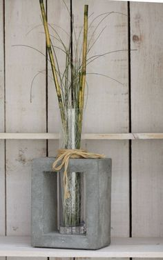 Cadre en béton avec vase