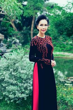 Diễm My mặn mà tuổi 52 với áo dài thêu hoa - VnExpress Giải Trí Pakistani Dress Design, Pakistani Dresses, Ao Dai, Indian Designer Outfits, Designer Dresses, Modest Fashion Hijab, Hand Painted Dress, Traditional Gowns, Girl Dress Patterns