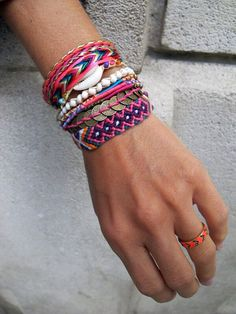 How to make a Brazilian bracelet? Ideas in photos and videos! - Fashion And Hairstyle Ibiza Fashion, Diy Fashion, Friendship Bracelet Patterns, Friendship Bracelets, Diy Jewelry, Jewelry Accessories, Jewelry Ideas, Jewellery, Cuff Bracelets