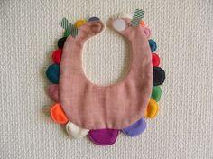 赤ちゃん用よだれかけ(スタイ)になります。color : redsize : FREE(首回り:約24cm)素材:(表:Wガーゼ)綿 100% (飾り布)綿 ... ハンドメイド、手作り、手仕事品の通販・販売・購入ならCreema。