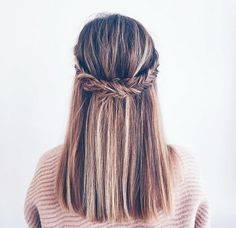 La coiffure inspirante du jour  #lookdujour #ldj #braid #instabraid #hair #hairinspo #hairoftheday #hairstyle #hairdo #updo #fishtail #pretty #regram  @jessannkirby
