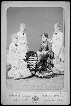 Las cuatro hijas de Isabel II, de izquierda a derecha, Infanta Pilar, sentada, infanta Eulalia, en pié, infanta Isabel, sentada e infanta Paz.