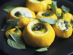 Patisson-Kürbis mit Mozzarella und Pesto gefüllt ist ein Rezept mit frischen Zutaten aus der Kategorie Gemüse. Probieren Sie dieses und weitere Rezepte von EAT SMARTER!