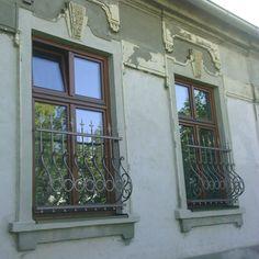Mreže na okná nie sú len pre bezpečnosť. Sú ozdobou fasády, ktorej dodajú úplne nový ráz. Mreže nie sú len záležitosťou historických budov.... Roman Shades, Curtains, Mirror, Furniture, Home Decor, Blinds, Decoration Home, Room Decor, Mirrors