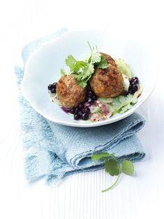 Petites boulettes et salade de concombre aux myrtilles