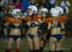 メキシコの首都メキシコ市(Mexico City)で開催された、イベロアメリカン・ビキニフットボールリーグ(Iberoamerican Bikini Football League)のオールスターゲームでプレーする選手たち(2014年3月29日撮影)。(c)AFP/RONALDO SCHEMIDT ▼31Mar2014AFP|「ビキニフットボール」のオールスターゲーム、メキシコ http://www.afpbb.com/articles/-/3011266 #Mexico #MexicoCity #IberoamericanBikiniFootballLeague #BikiniFootball