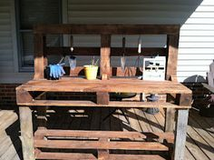 A garden work bench anyone can build out of pallets.