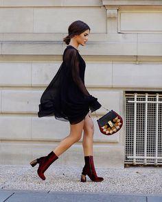 Look de street style de Camila Coelho na NYFW '16. A escolha foi por peças mais dramáticas: blusa com maxi mangas, saia justa e, para completar botas de veludo.