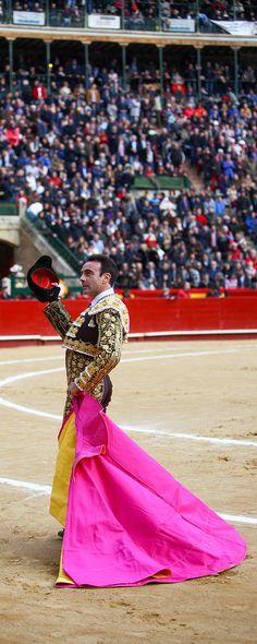 Torero Enrique Ponce. Fallas de Valencia 2018. Sele por la Puerta Grande tras desorejar a su segundo toro.  Simón Casas Productions #Valencia #toros #fallas