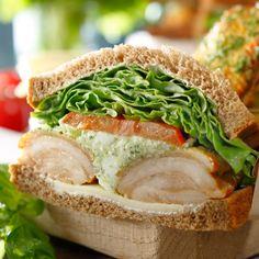 スターバックス コーヒー ジャパンのバジルチキンサンドイッチについてご紹介します。
