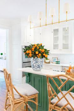Green kitchen island design with white kitchen Kelly Green Kitchen, Green Kitchen Island, Kitchen Islands, Home Interior, Interior Design Kitchen, Kitchen Decor, Kitchen Ideas, Interior Modern, Interior Ideas