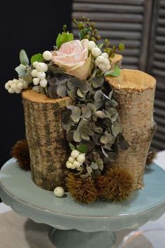 Little tree trunks with rose arrangement - My table Autumn - Les tables… Deco Floral, Arte Floral, Floral Design, Winter Floral Arrangements, Rose Arrangements, Wedding Table Centerpieces, Floral Centerpieces, Ikebana, Flower Crafts